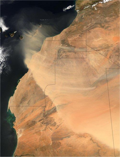 © NASA - The Visible Earth. Jacques Descloitres, MODIS Rapid Response Team, NASA/GSFC     Enorme hoeveelheden stof worden uit de Sahara de lucht in geblazen, zoals op deze satellietfoto te zien is.